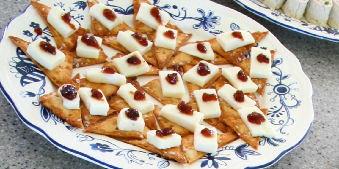 Saltbakat tunnbrödchips med taleggio och fikonmarmelad