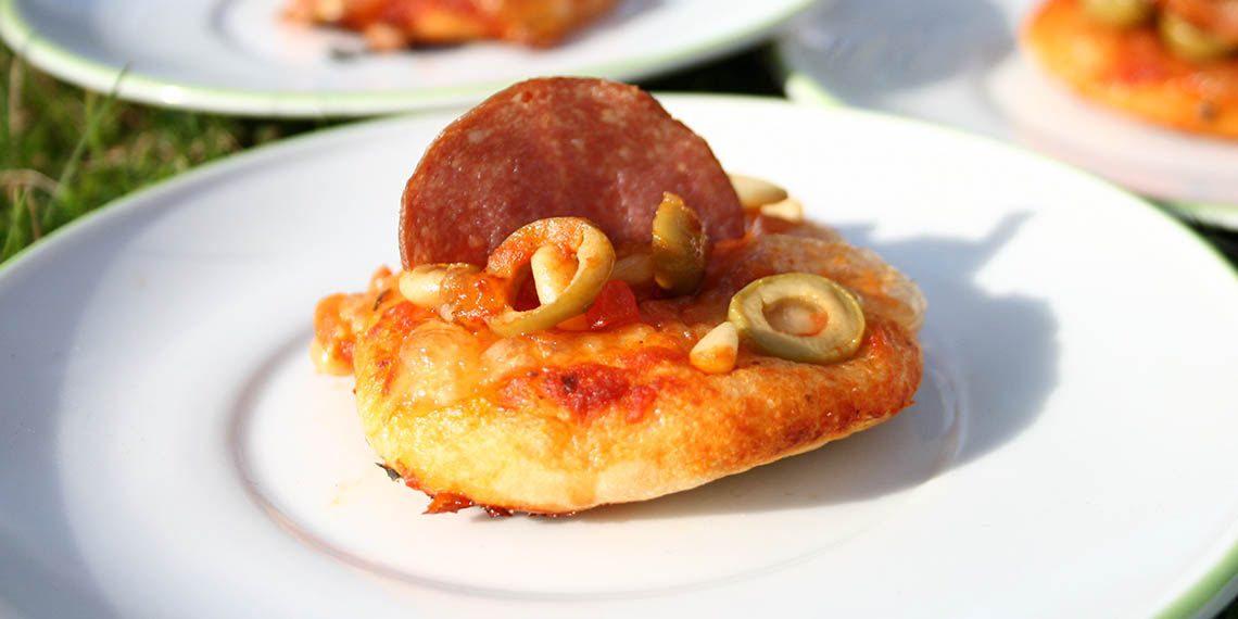 Minipizzor med mozzarella och salamichips